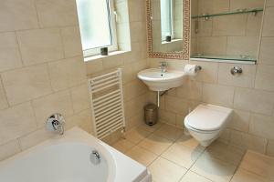 bagno ristrutturato in stile moderno con ceramica chiara
